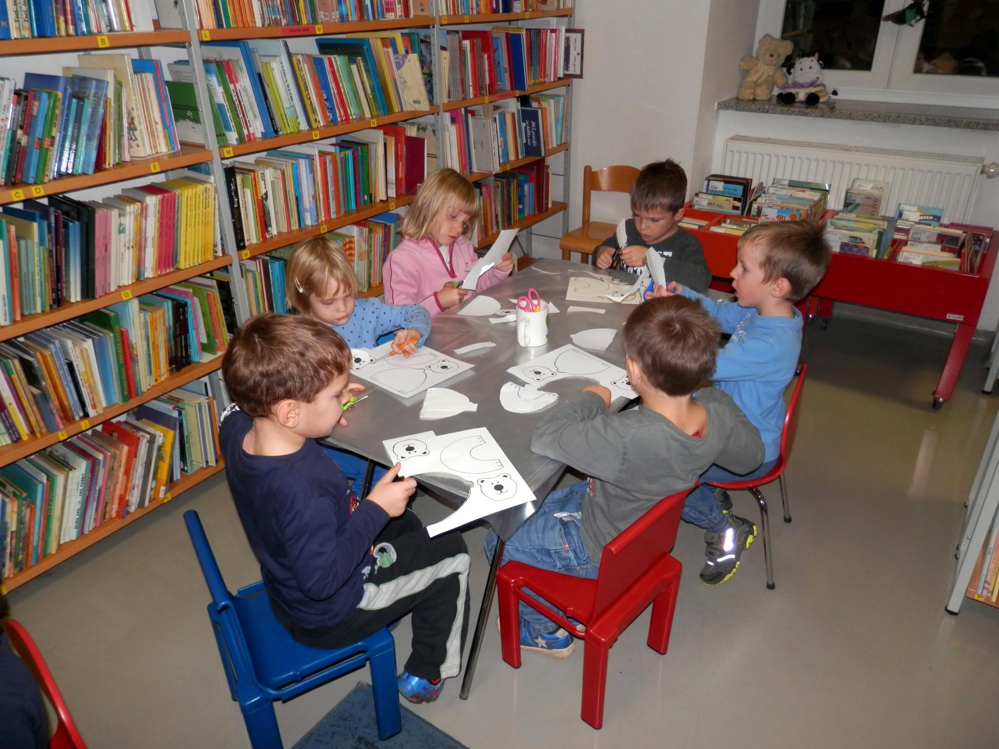 PB040017 - Pravljični listopad - pravljična urica z ustvarjalno delavnico za otroke od 4. leta dalje