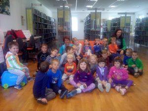 20160927 100925 300x225 - Obisk otrok iz novovaškega vrtca v bloški knjižnici