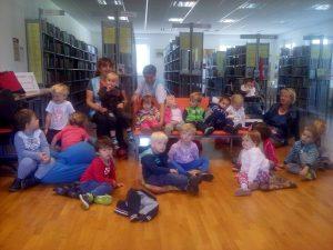 20160927 103714 300x225 - Obisk otrok iz novovaškega vrtca v bloški knjižnici