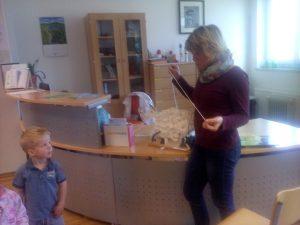 20160927 105252 300x225 - Obisk otrok iz novovaškega vrtca v bloški knjižnici