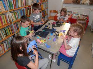 P6080045 300x225 - Sinjemodra pravljična urica z ustvarjalno delavnico za otroke od 4. leta dalje