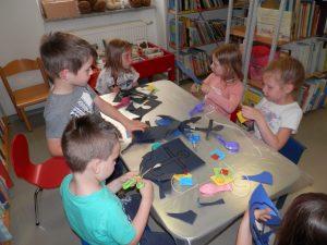 P6080046 300x225 - Sinjemodra pravljična urica z ustvarjalno delavnico za otroke od 4. leta dalje