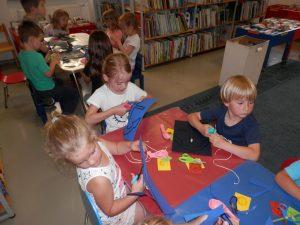 P6080047 300x225 - Sinjemodra pravljična urica z ustvarjalno delavnico za otroke od 4. leta dalje
