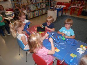 P6080048 300x225 - Sinjemodra pravljična urica z ustvarjalno delavnico za otroke od 4. leta dalje