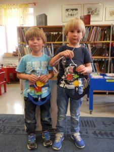 P6080065 225x300 - Sinjemodra pravljična urica z ustvarjalno delavnico za otroke od 4. leta dalje