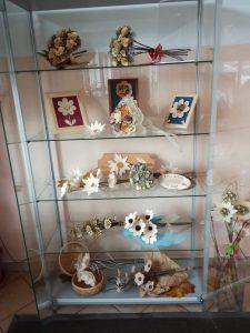 IMG 20181106 142549 225x300 - Rokodelska skupina Lesenke - razstava lesenih rož