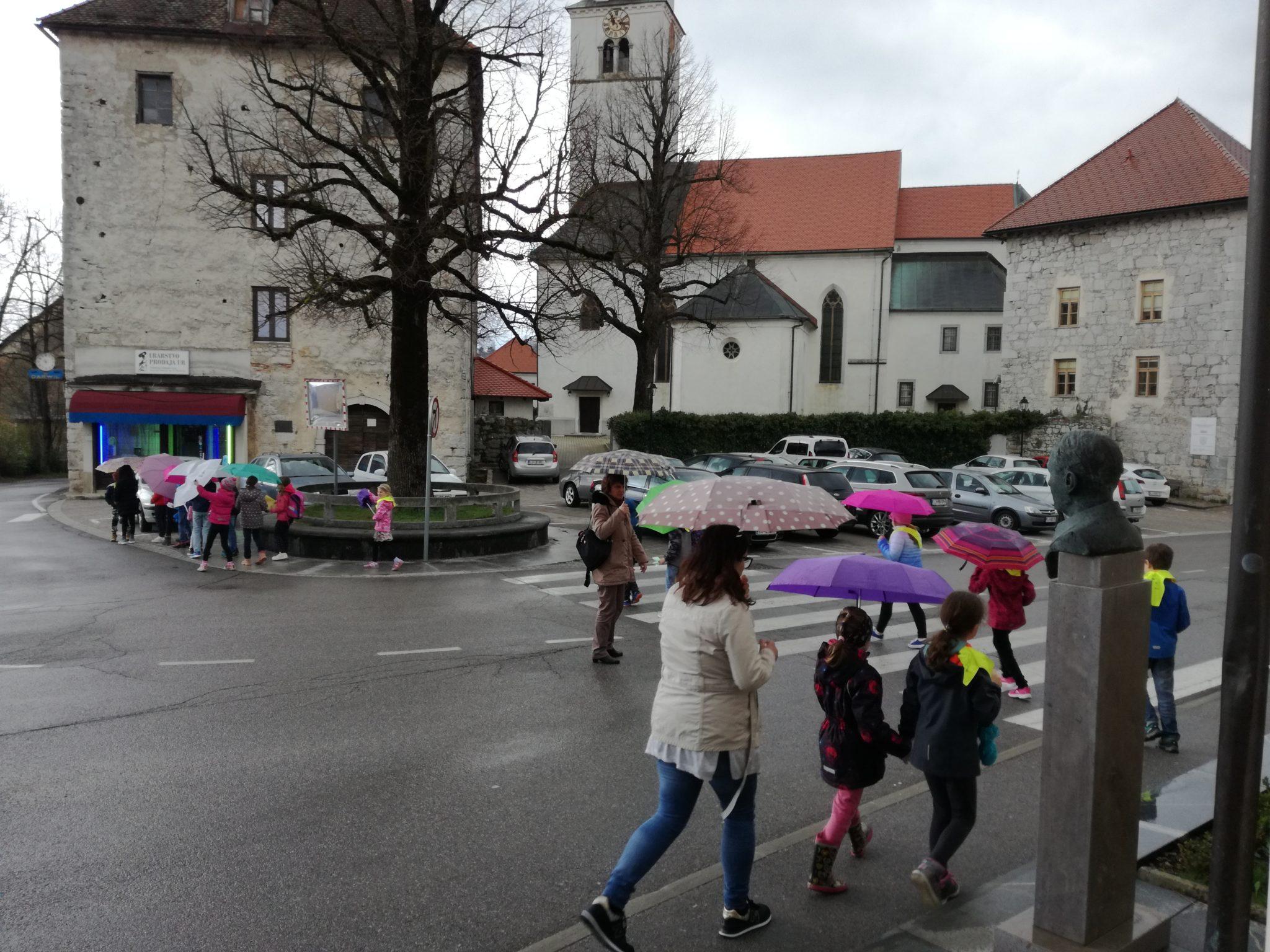 foto 2. r z dežniki - Drugarji na obisku knjižnice