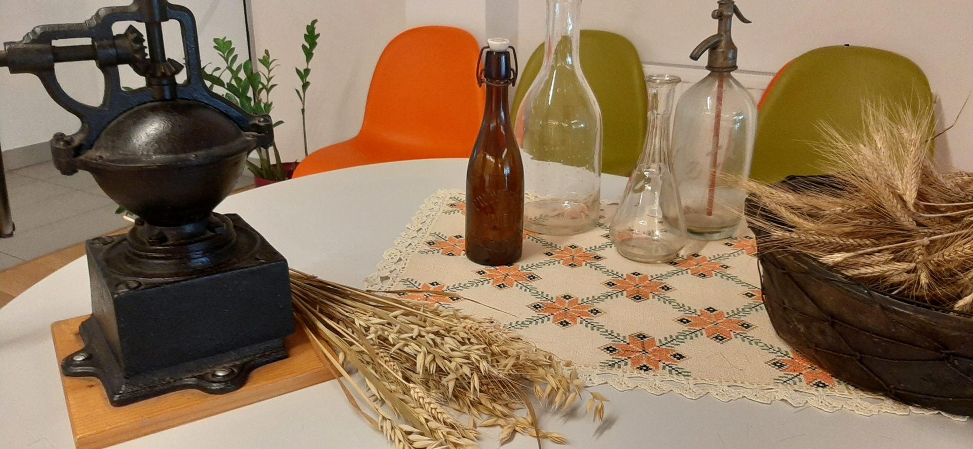 20200814 170246 - Kulturna dediščina naših krajev: stari gospodinjski pripomočki in orodja - razstava Društva Klasje