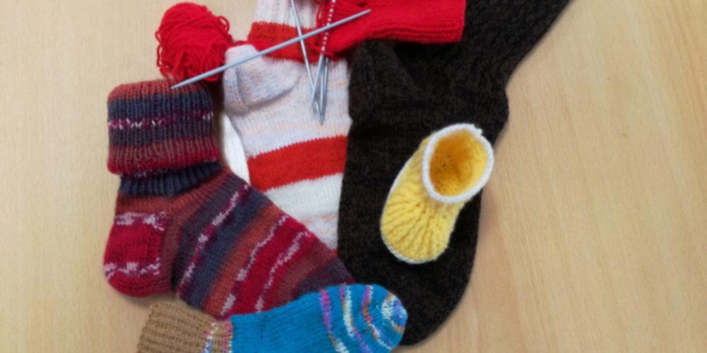 Za noge in nogice – razstava pletenih nogavic članic Društva upokojencev Martin Krpan Bloke