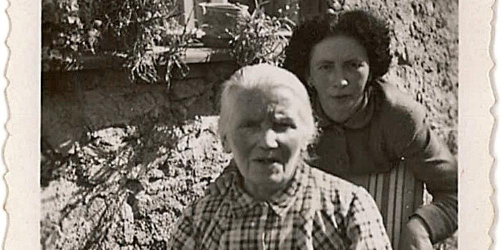 Pesnica Marička Žnidaršič in njena mama – Stare slike
