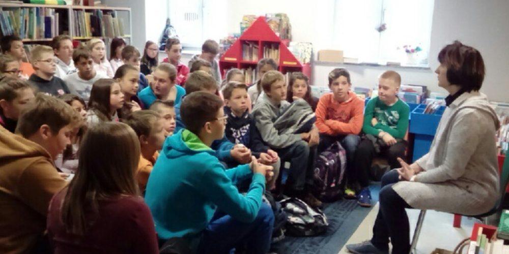Rastem s knjigo – obisk sedmošolcev iz Starega trga in Nove vasi