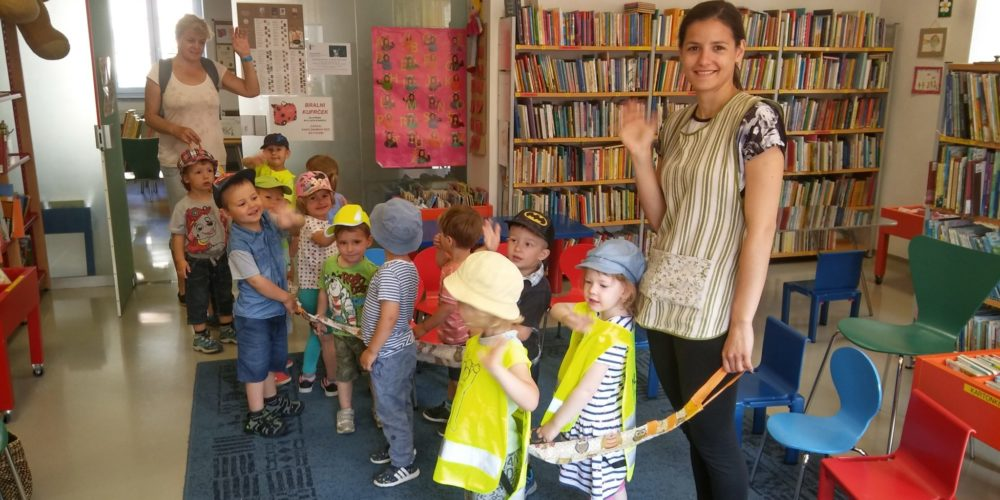 Na zaključek Palčka Bralčka so v knjižnico prišli tudi Zajčki