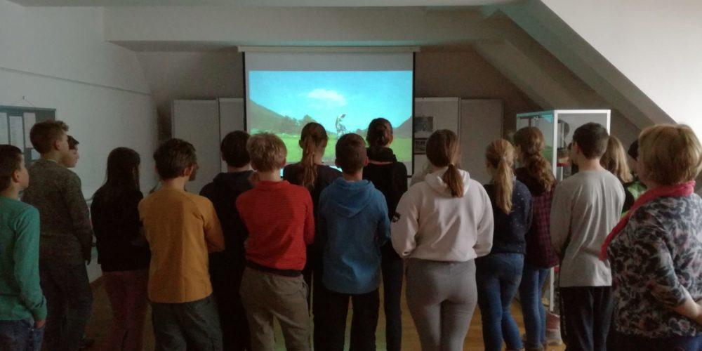 Danes so nas ob projektu Rastem s knjigo obiskali cerkniški sedmošolci