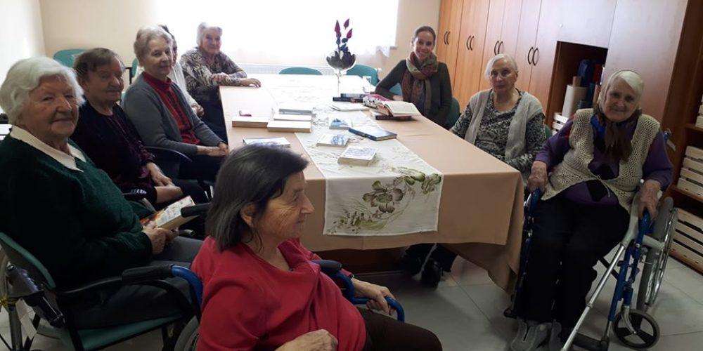 Obisk knjižničarke v cerkniškem Centru starejših DEOS