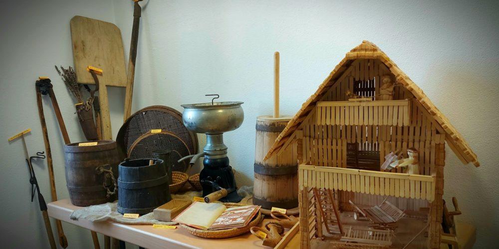 Kulturna dediščina naših krajev lll – stari gospodinjski pripomočki in kmečko orodje – razstava Društva Klasje